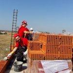 Angajaţii Wienerberger au construit case pe șantierul Habitat for Humanity Cumpăna